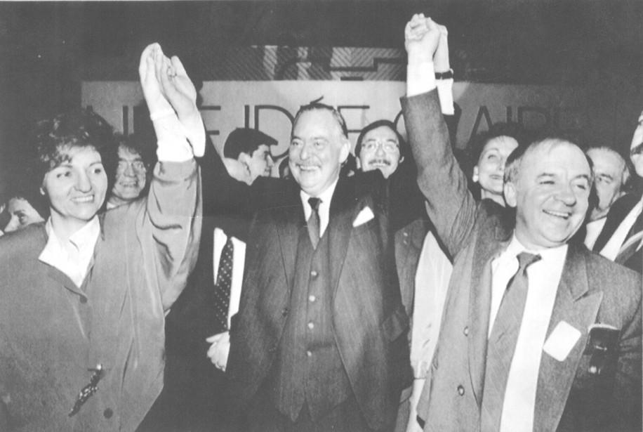 Jacques Parizeau célèbre avec Guy Chevrette sa nomination à la tête du PQ en 1988. (Achives Le Soleil)