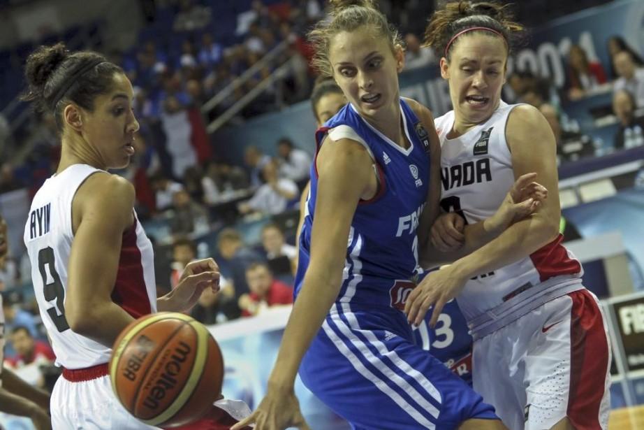 Miranda Ayim, à gauche, a marqué 12 points... (PHOTO OZAN KOSE, AFP)