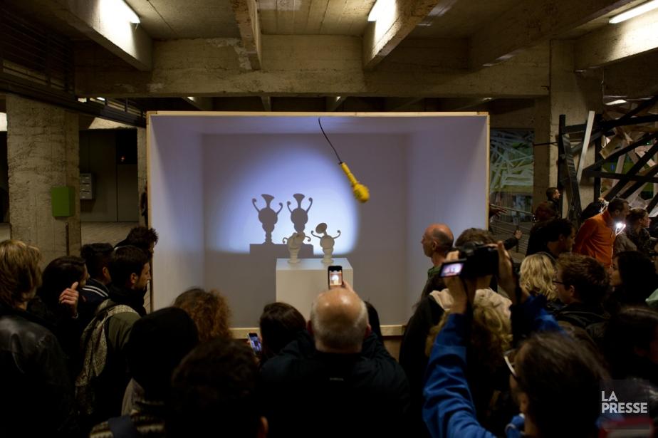 Des visiteurs regardent l'installation artistique interactive Parade de... (Photo Cindy Boyce, collaboration spéciale)