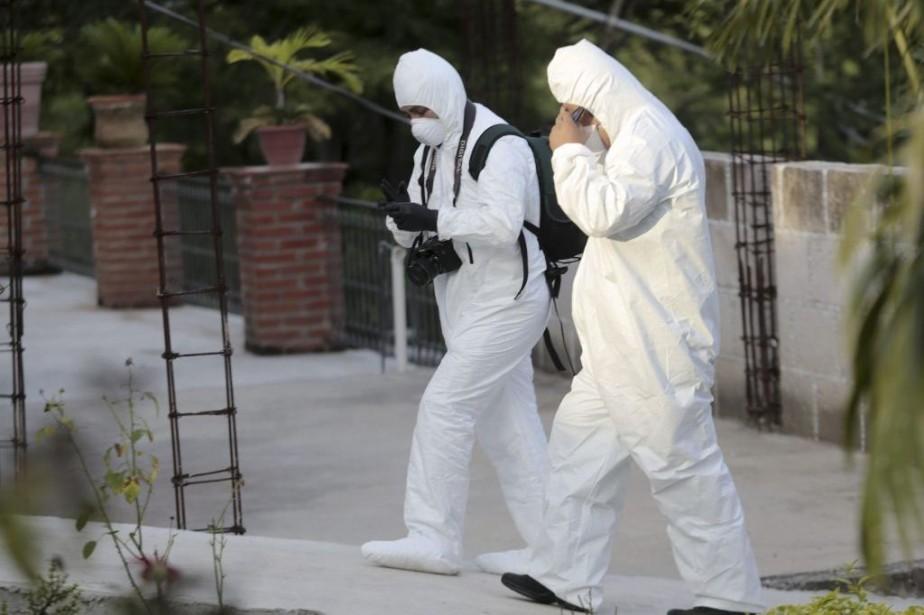 Des experts judiciaires se dirigent vers la morgue... (PHOTO PEDRO PARDO, AFP)