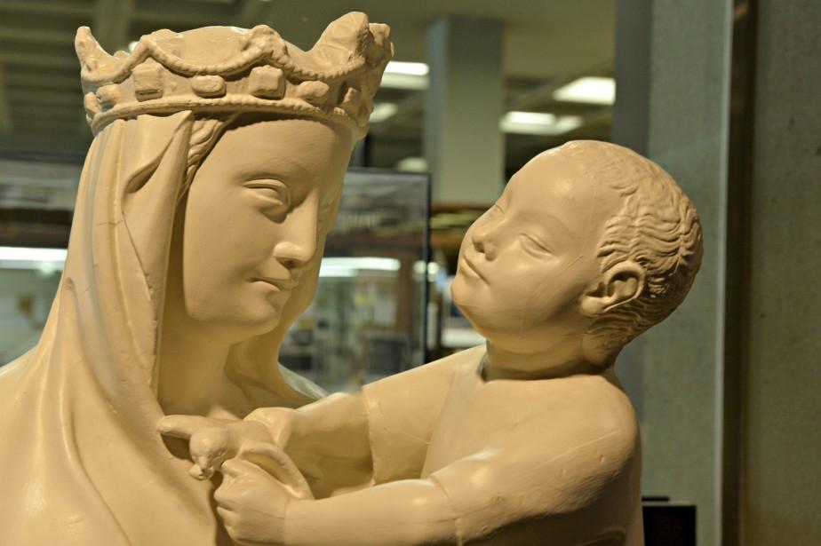<i>La Vierge à l'oiseau, </i>France, 1926. Réplique en plâtre recouverte de peinture. D'après <i>La Vierge à l'oiseau</i> (XIV<sup>e</sup> siècle) de l'église Notre-Dame-du-Mathuret, à Riom, la statue représente une femme debout qui porte un enfant sur son bras gauche. La réplique a été réalisée par l'atelier de moulage du Musée de sculpture comparée au palais du Trocadéro. Don de l'École des beaux-arts de Québec (1970). (Le Soleil, Pascal Ratthé)