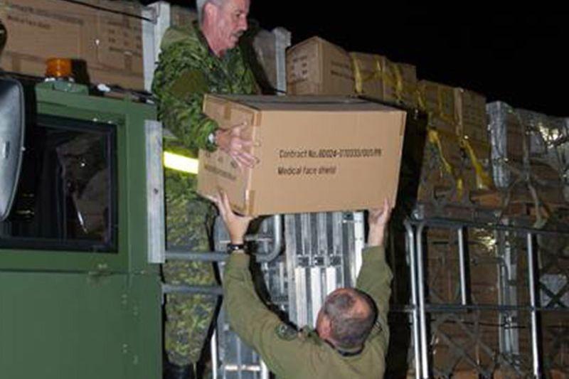 Chargement des fournitures médicales dans l'avion militaire canadienne.... (Photo Master Cpl. Roy MacLellan, PC)