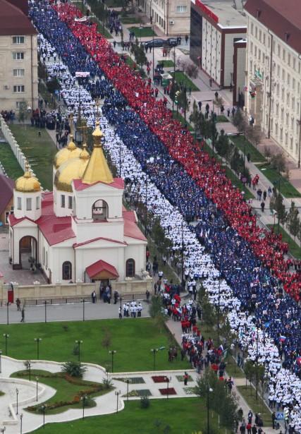 À Grozny, jusqu'à 100000 personnes selon les autorités locales sont descendues dans la rue pour fêter l'anniversaire de Vladimir Poutine. (PHOTO MUSA SADULAYEV, AP)