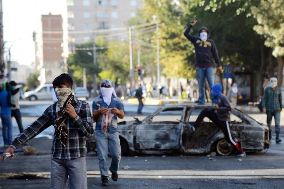 Des véhicules ont été incendiés àDiyarbakir.... (PHOTO ARCHIVES AP)