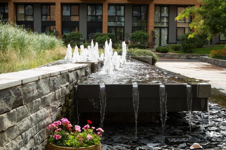 Une fontaine anime l'immense jardin aménagé au cœur des quatre premières phases du Solano, dans le Vieux-Montréal. ()