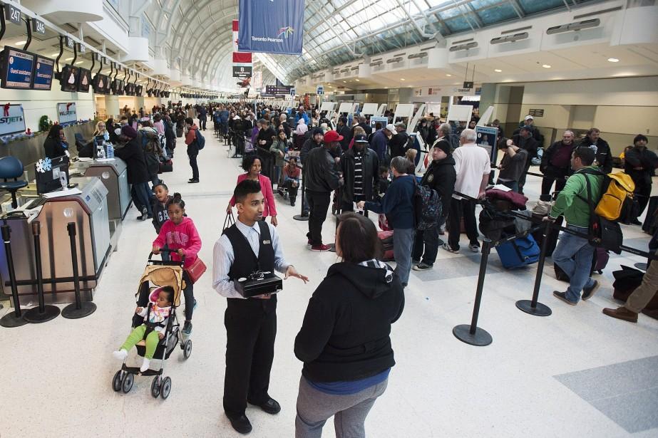 Des officiers de quarantaine sont présents aux aéroports... (Photo archives La Presse Canadienne)