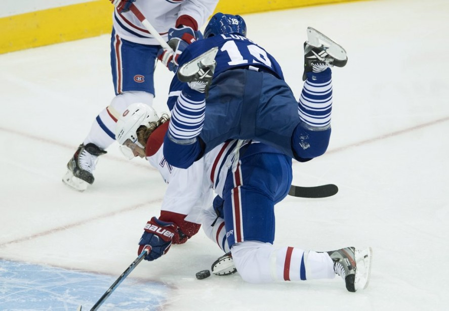 Joffrey Lupul entre en collision avec le nouveau défenseur des Canadiens Tom Gilbert. (PC)