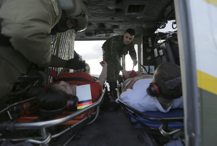 Les fausses victimes sont placées dans l'hélicoptere qui s'apprête à décoller. (Photo: Martin Chamberland, La Presse)