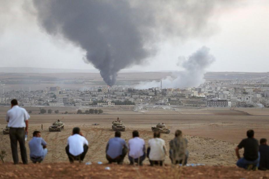 Des Kurdes de Turquie observent de loin les... (PHOTO UMIT BEKTAS, REUTERS)