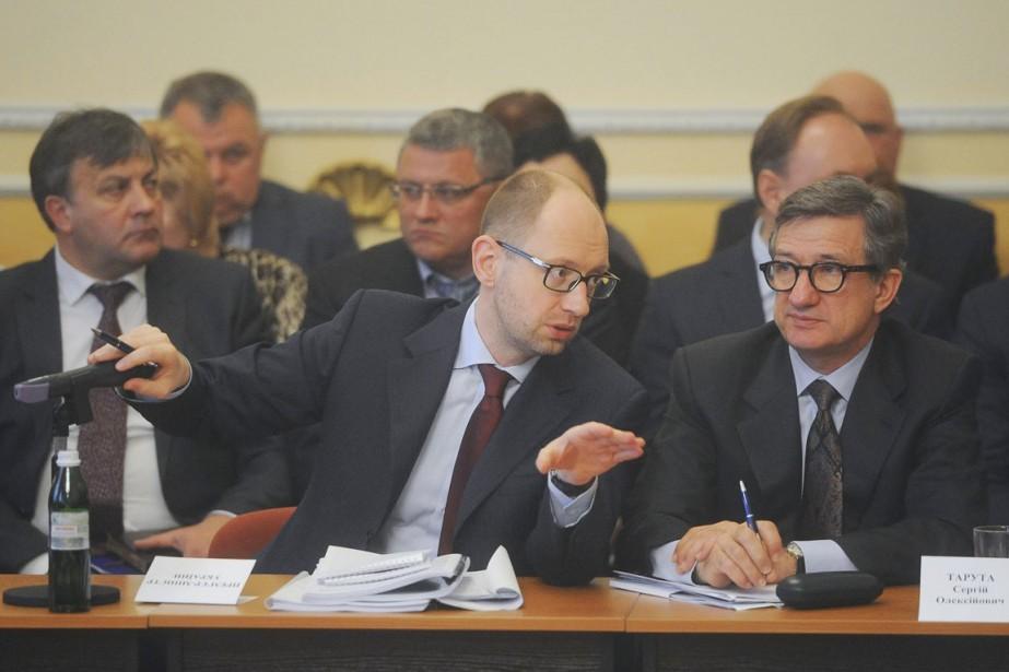 SerguiïTarouta (à droite) en compagnie du premier ministreArseni... (PHOTO ANDREW KRAVCHENKO, ARCHIVES REUTERS)