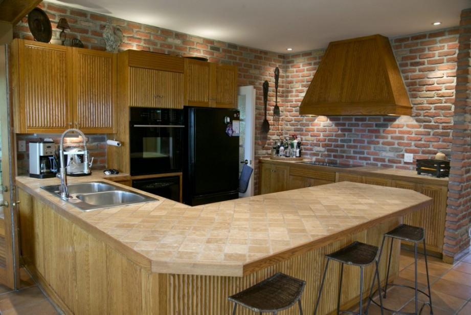 La cuisine est d'origine, mais on l'a améliorée au fil des ans. Notamment, le couple a ajouté un garde-manger qui longe tout le mur. (PHOTO DAVID BOILY, LA PRESSE)