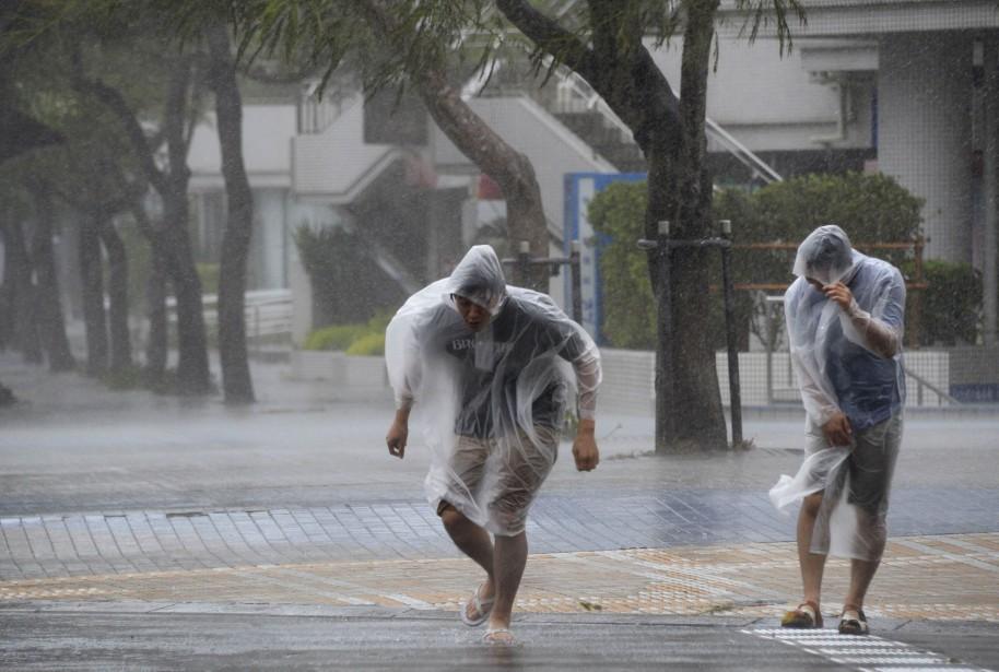 Le puissant typhon Vongfong a frappé lundi le... (Photo KYODO, REUTERS)