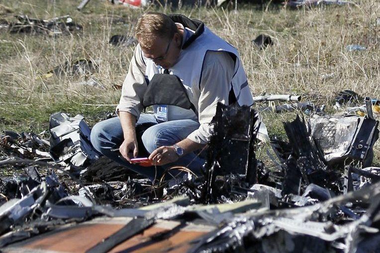 Un membre de l'équipe de l'OSCE participe aux... (PHOTO SHAMIL ZHUMATOV, REUTERS)