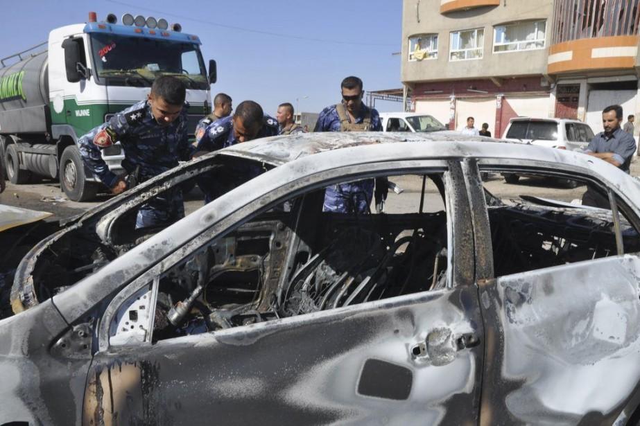 Une voiture a été incendiée lorsqu'un attentat à... (PHOTO MARWAN IBRAHIM, AFP)