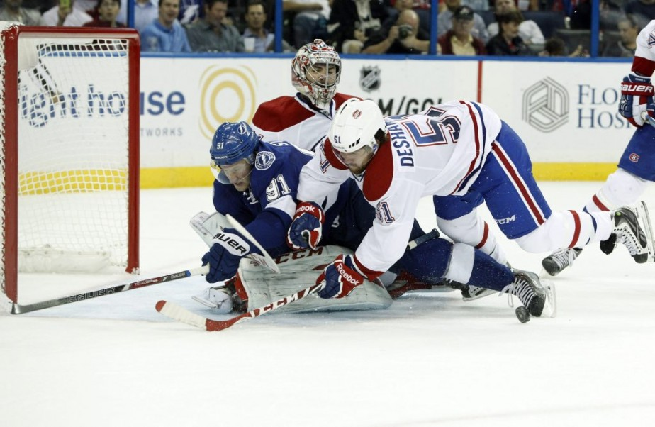 David Desharnais pourchasse Steven Stamkos près du filet de Carey Price. (Reuters)