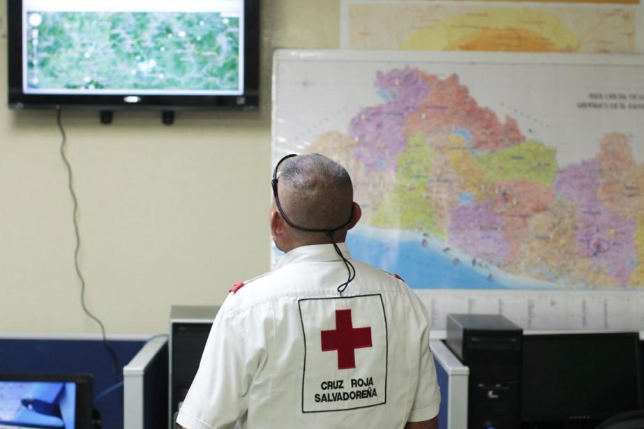 Un secouriste de la Croix-Rouge salvadorienne observe l'évolution... (PHOTO JOSE CABEZAS, reuters)