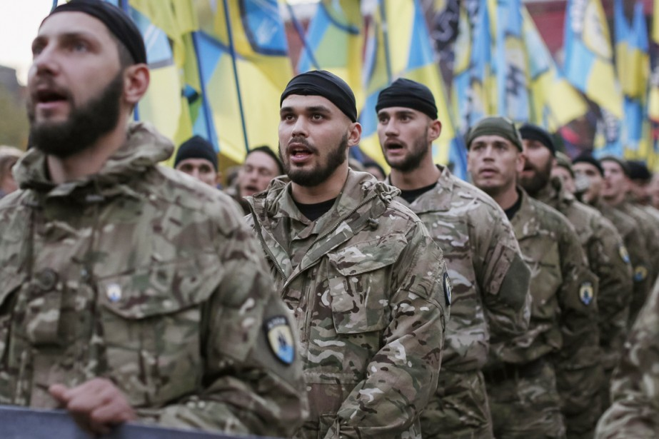 Des soldats des bataillons d'autodéfense ukrainiens «Azov» paradent... (PHOTO GLEB GARANICH, REUTERS)