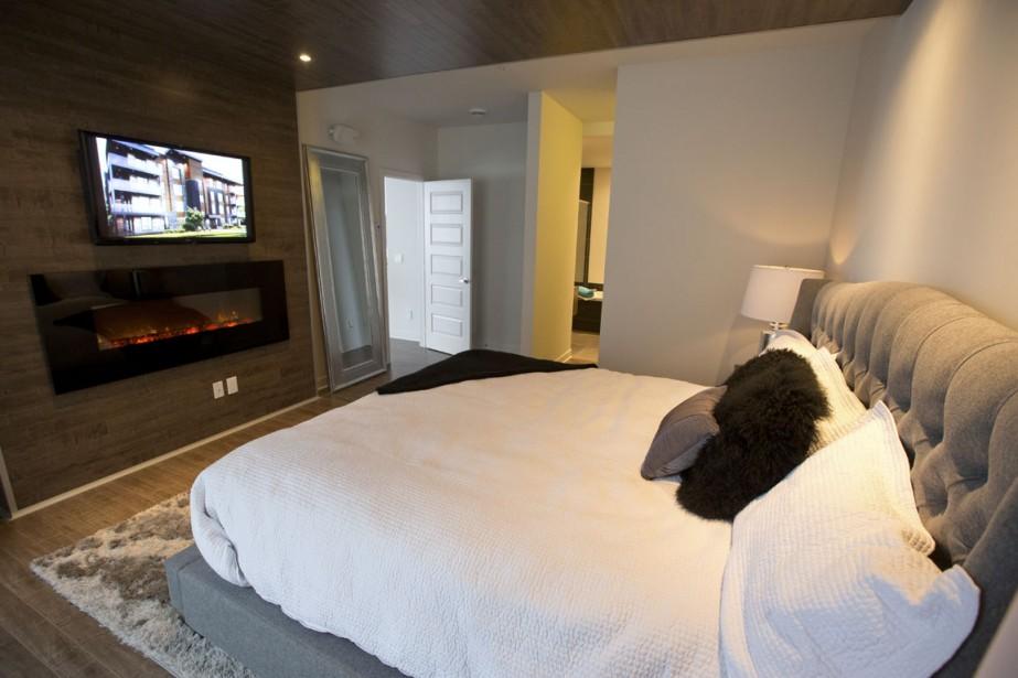 Un foyer électrique a été installé sous le téléviseur dans la chambre principale. (Photo François Roy, La Presse)