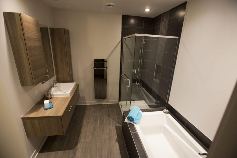 Dans la salle de bain attenante à la chambre principale, la douche est séparée de la baignoire. (Photo François Roy, La Presse)