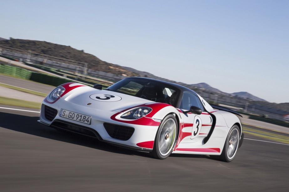 Porsche 918 Spyder - À partir de 845 000 $US - La Porsche 918 Spyder est dotée de matériaux et de technologies lui permettant un rendement énergétique maximal pour ce genre de voiture. (Photo Porsche)