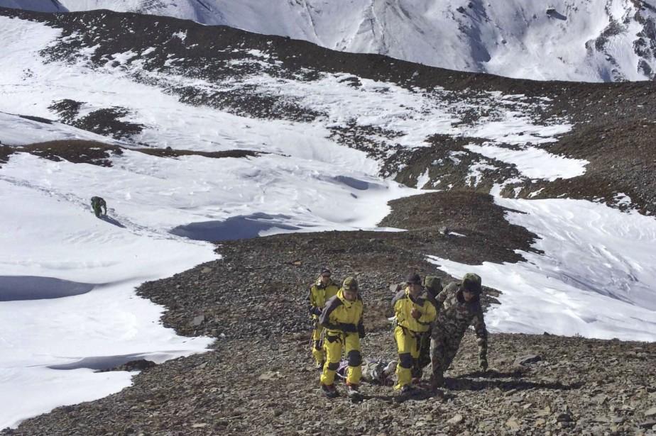 Les avalanches et de violents blizzards qui ont... (Photo AP)
