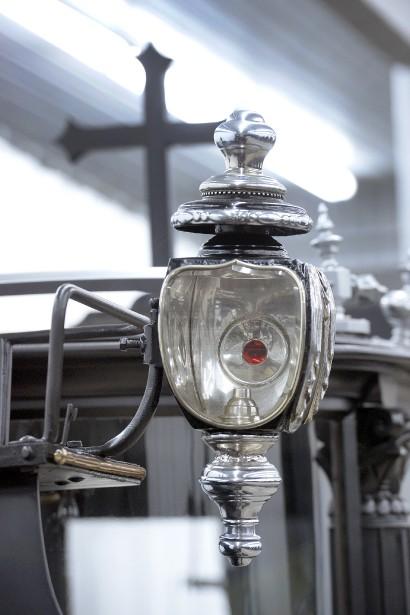 La plupart des voitures hippomobiles acquises par M. Bienvenu sont des modèles rares dont la sophistication et les détails de design, comme sur ce fanal, sont probants. (Le Soleil, Jean-Marie Villeneuve)