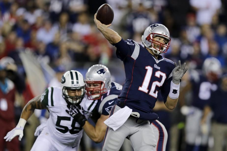 Tom Brady (à droite)... (Photo Charles Krupa, AP)