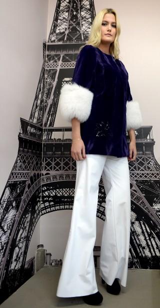 Cette année, la fourrure se colore et se porte même en tunique, laquelle se coordonneà un pantalon palazzo en cuir blanc. (Le Soleil, Erick Labbé)