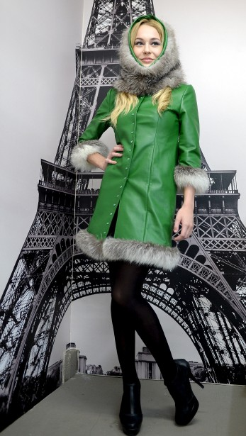 Ajoutez une touche de couleur à votre garde-robe automnale! Manteau mi-saison fait de fourrure renard croisé réversible et de cuir vert. (Le Soleil, Erick Labbé)