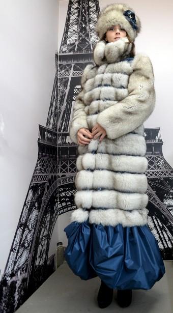 Pour le défilé, la designer a ajouté une jupette à ce long manteau de coupe classique. (Le Soleil, Erick Labbé)