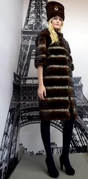 Ce manteau de vison de couleur chocolat se distingue par ses bandes en pierres de Swarovski et ses manches trois-quarts. (Le Soleil, Erick Labbé)