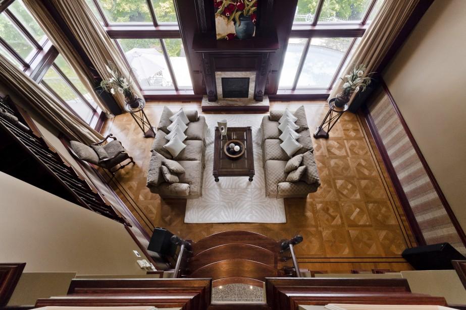 Une vue depuis la passerelle à l'étage nous permet d'apprécier le travail de pose du parquet en chêne. Les fenêtres sont d'une hauteur assez impressionnante et donnent à voir le paysage très sauvage dans ce secteur de Saint-Bruno appelé Sommet Trinité. (PHOTO FOURNIE PAR RE/Max SIGNATURE)