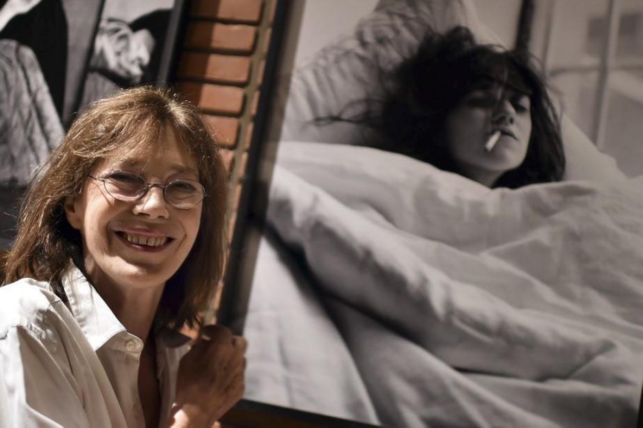 Jane Birkin pose à côté de sa photo... (Photo: AFP)
