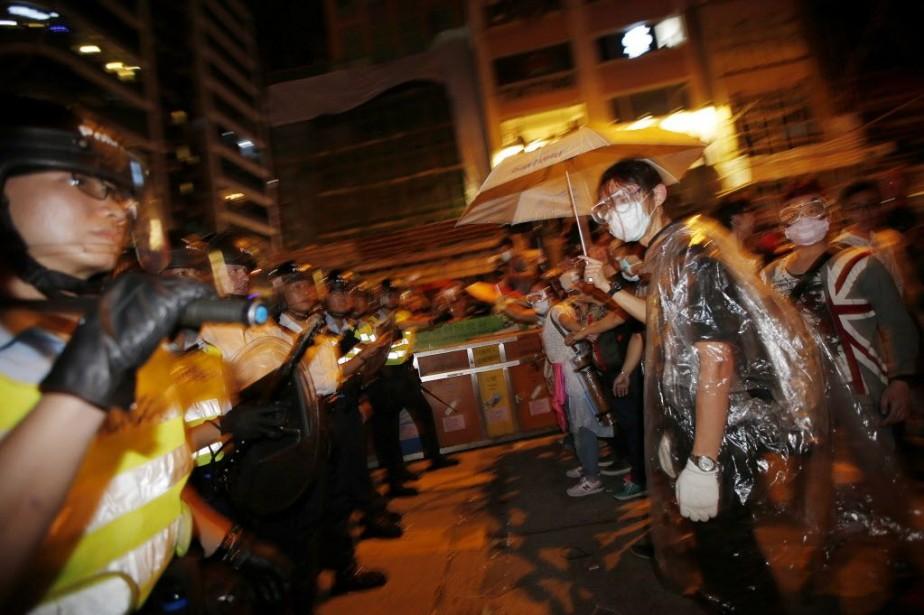 Hong Kong a connu une nouvelle nuit de... (PHOTO CARLOS BARRIA, REUTERS)