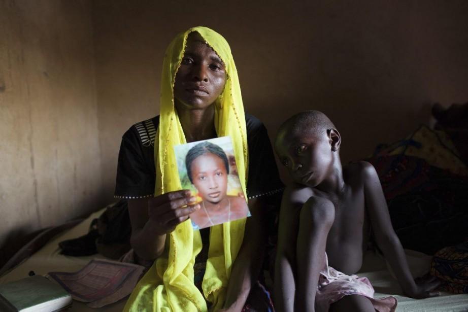Rachel Daniel, 35 ans, tient une photo de... (PHOTO JOE PENNEY, ARCHIVES REUTERS)