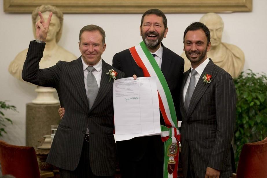 Le maire de Rome, Ignazio Marino, pose avec... (PHOTO ANDREW MEDICHINI, AP)