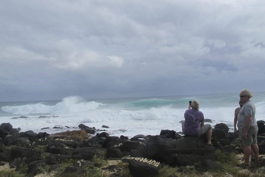 On attend des vagues de trois ou quatre... (PHOTO AUDREY MCAVOY, AP)