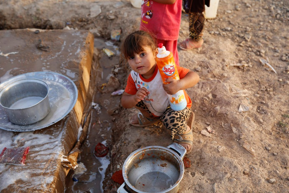 Une fillette aide ses parents à faire la... (PHOTO AHMED JADALLAH, ARCHIVES REUTERS)