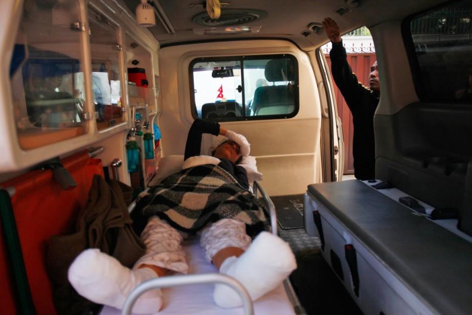 Une personne blessée lors de l'avalanche est transportée... (PHOTO NIRANJAN SHRESTHA, AP)