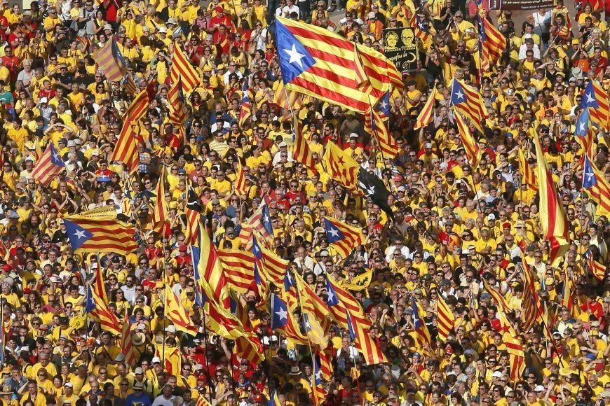 Agitant de nombreux drapeaux indépendantistes, des milliers de... (PHOTO ALBERT GEA, REUTERS)