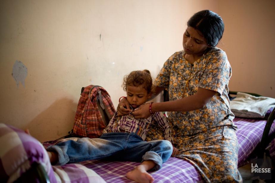 Enceinte de 8 mois,VimalaBenh attache la chemise de... (PHOTO DAVID BOILY, LA PRESSE)