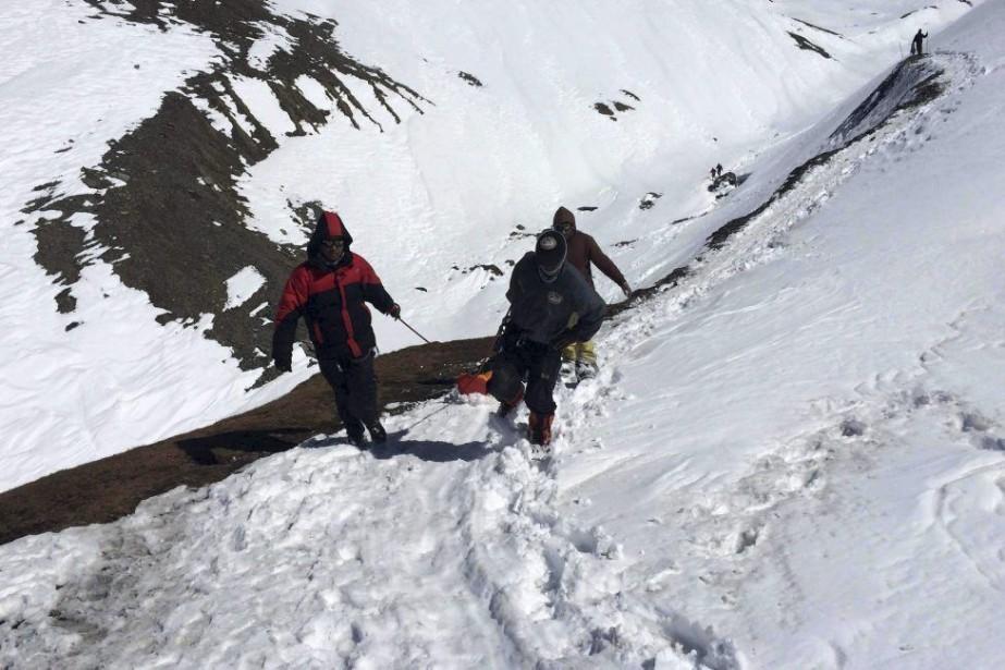 La neige accumulée au sol est trop glacée... (Photo AFP, Nepal Army)