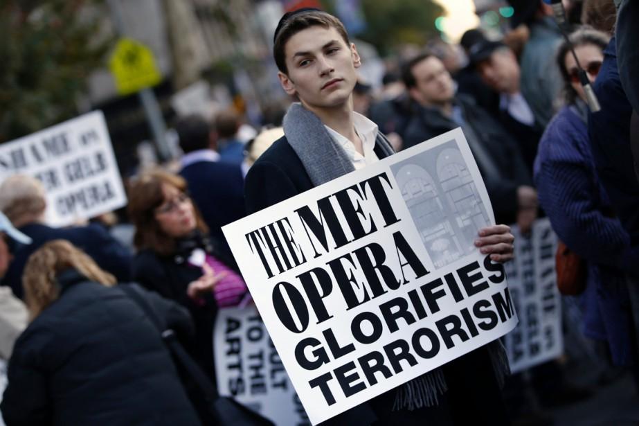 Devant le Lincoln Center qui abrite le Metropolitan... (PHOTO MIKE SEGAR, ARCHIVES REUTERS)