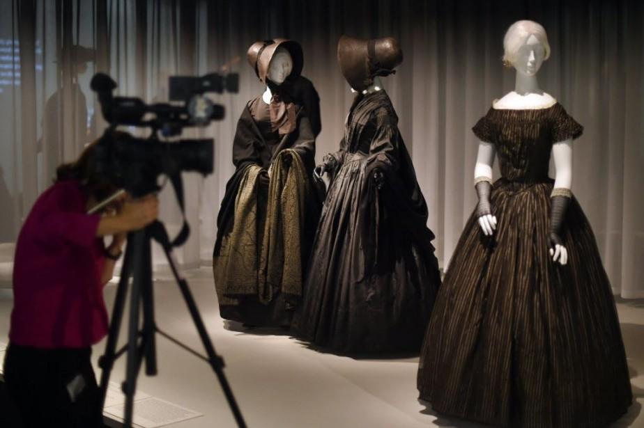 À travers des douzaines de robes, bijoux, chapeaux,... (Photo TIMOTHY A. CLARY, AFP)