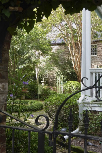 Il faut parfois s'étirer un peu le cou pour apercevoir un jardin presque secret, au fond d'une impasse, derrière une grille finement ouvragée. (Photo Fabienne Couturier, La Presse)