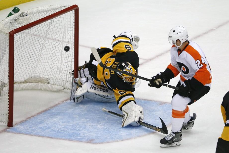 Le but deMatt Read des Flyers.... (Photo Gene J. Puskar, AP)
