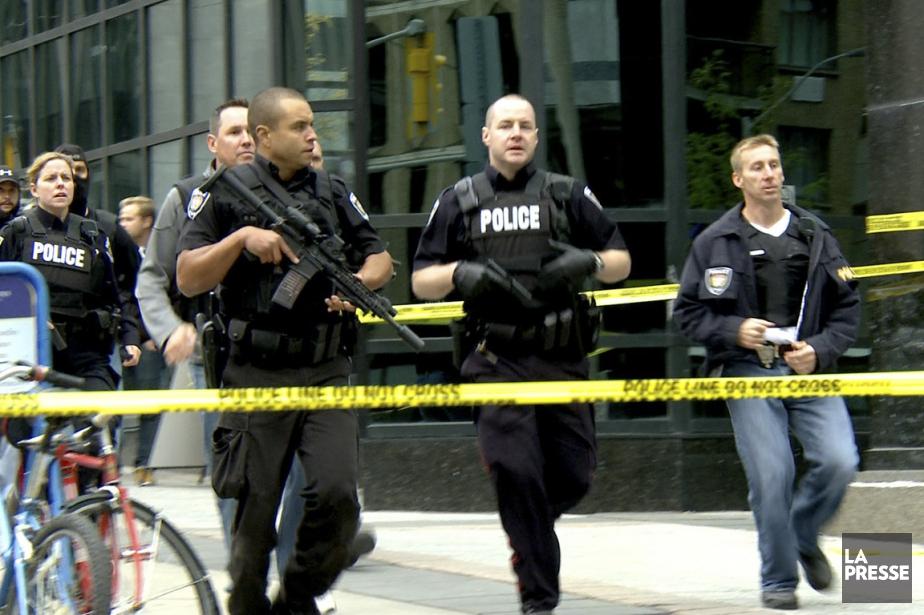 Des policiers dans les rues d'Ottawa, lors de... (Image extraite d'une vidéo de Martin Leblanc, archives La Presse)