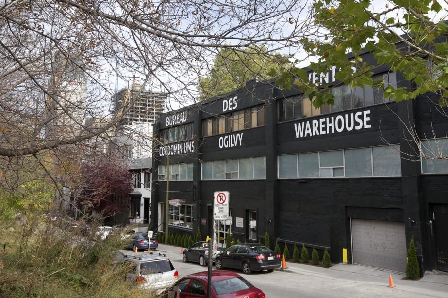 La façade donnant sur l'avenue Overdale a été peinte en noir. Deux étages seront ajoutés en retrait afin d'offrir 14 maisonnettes en rangée, aménagées sur deux niveaux. (Photo Robert Skinner, La Presse)