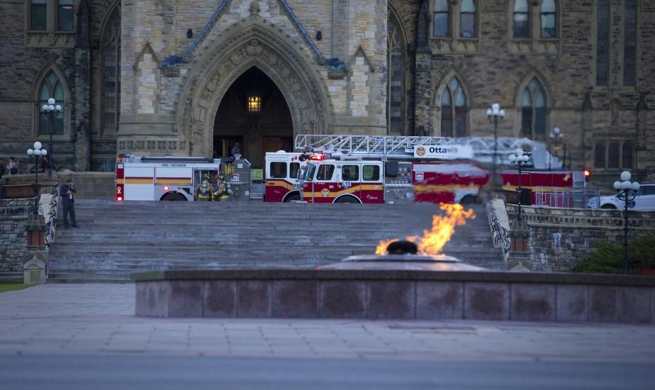 Des camions de pompiers étaient présents devant l'entrée principale du Parlement jeudi. (Photo André Pichette, La Presse)