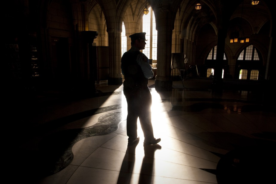 Un policier monte la garde à l'intérieur du Parlement. (Photo André Pichette, La Presse)